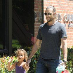 Gabriel Aubry recoge a su hija Nashla de la escuela