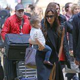 Victoria Beckham y Harper Seven llegan a París para celebrar el cumpleaños de David Beckham