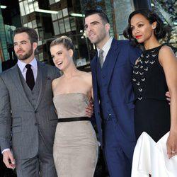 Chris Pine, Alice Eve, Zachary Quinto y Zoe Saldaña en la premiere en Londres de 'Star Trek: En la oscuridad'