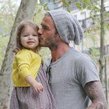 David Beckham besa a Harper Seven en París