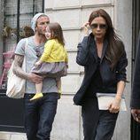 David y Victoria Beckham pasean con Harper Seven por París