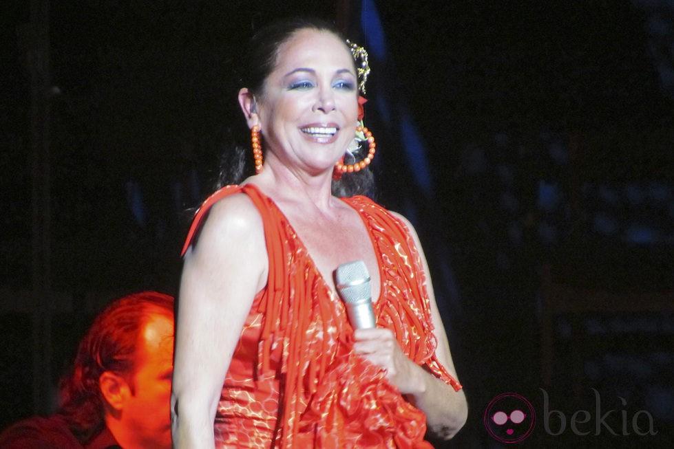 Isabel Pantoja, feliz en su concierto de Benidorm tras conocer su condena