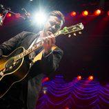 Justin Timberlake tocando la guitarra durante su concierto en el Roseland Ballroom de Nueva York