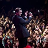Justin Timberlake rodeado de fans en su concierto en el Roseland Ballroom de Nueva York