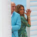Jennifer Lopez y Pitbull posando juntos en el videoclip de 'Live It Up' en Miami