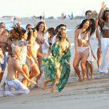 Jennifer Lopez bailando acompañada en el videoclip de 'Live It Up' en Miami