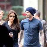 Victoria Beckham y David Beckham cogidos de la mano por las calles de París