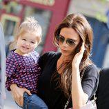 Victoria Beckham con Harper Seven en brazos por París