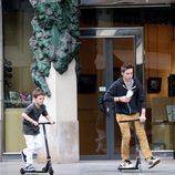 Brooklyn y Cruz Beckham montando en patinete por las calles de París