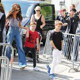 Victoria Beckham y sus hijos Romeo y Cruz Bekcham llegando a la Torre Eiffel