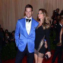 Gisele Bündchen y Tom Brady posando en la Gala del MET 2013