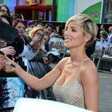 Elsa Pataky atendiendo a los fans en el estreno mundial de 'Fast&Furious 6' en Londres
