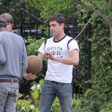 Zac Efron juega a baloncesto durante el rodaje de 'Townies'