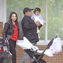 Eduardo Cruz, su mujer y su hija visitan a Mónica Cruz y a su hija en la clínica Ruber