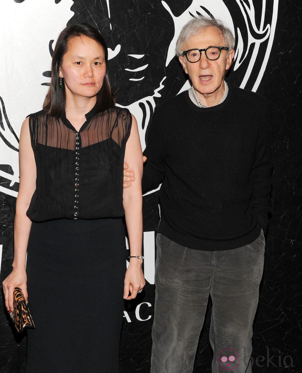 Woody Allen y Soon-Yi Previn en la presentación de una colección cápsula de Versace Versus