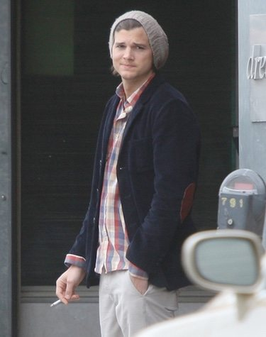 Ashton Kutcher fumando en Los Ángeles