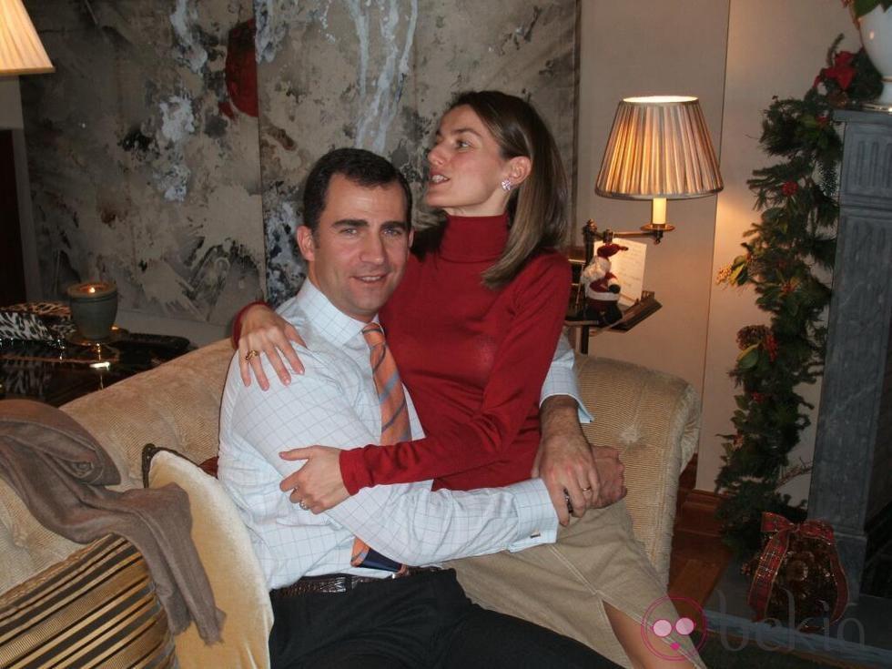 Los Príncipes Felipe y Letizia abrazados en la navidad de 2004