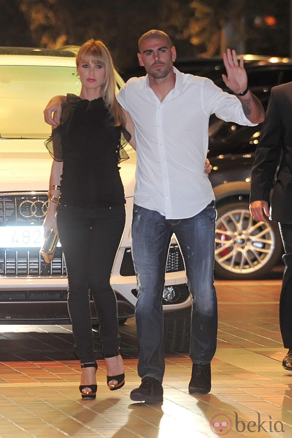 Víctor Valdés y Yolanda Cardona en la cena de celebración del título de Liga del Barça