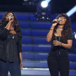 Candice Glover y Jennifer Hudson interpretando 'Inseparable' en la final de 'American Idol'