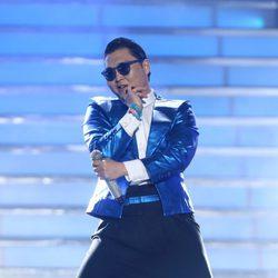 Psy cantando 'Gentleman' en la final de 'American Idol'