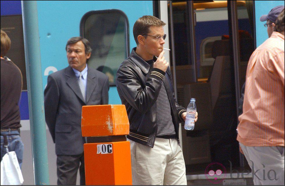 Matt Damon fumando durante el rodaje de 'Oceans 12'