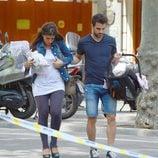 Cesc Fàbregas y Daniella Semaan con su hija Lia por las calles de Barcelona