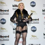 Madonna posando con sus Billboard Music Awards 2013