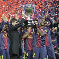Tito Vilanova y Eric Abidal levantan la copa que acredita al Barça como campón de Liga 2013