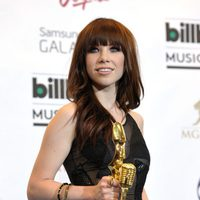 Carly Rae Jepsen posando con su Billboard Music Awards 2013