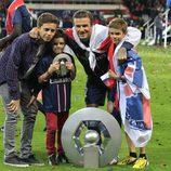 David Beckham posando con sus hijos Brooklyn, Romeo y Cruz el día de su retirada