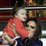 Victoria Beckham y Harper Seven animando a David el día de su retirada