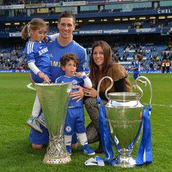 Fernando Torres celebra la victoria del Chelsea en la UEFA con Olalla Domínguez, Nora y Leo