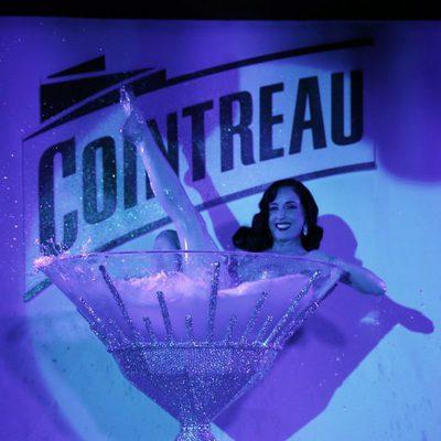Dita Von Teese promocionando un licor en el Festival de Cannes 2013