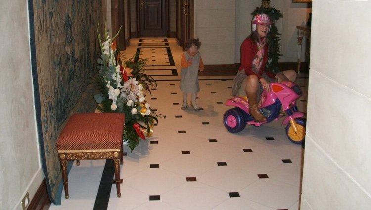 La Princesa Letizia montada en un triciclo y perseguida por su sobrina Carla