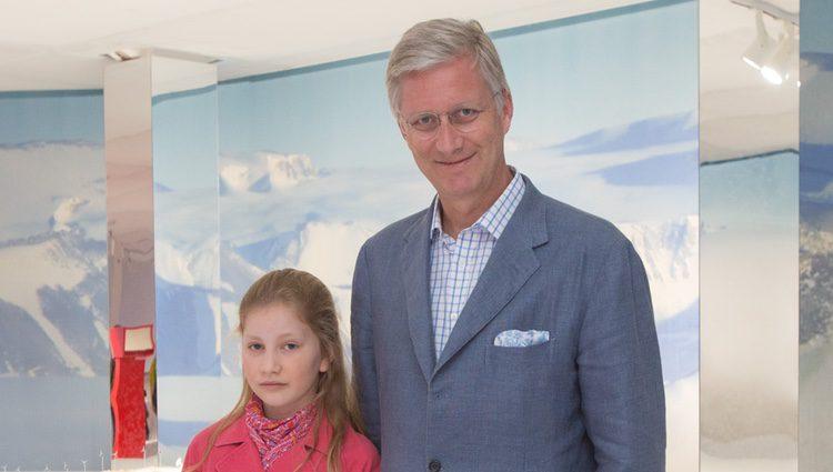 La Princesa Isabel y Felipe de Bélgica en una exposición en Bruselas