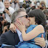 Alec Baldwin besa a Hilaria Thomas en el Festival de Cannes 2013