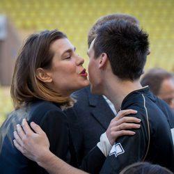 Carlota Casiraghi saluda a su primo Louis Ducruet en un partido benéfico en Mónaco