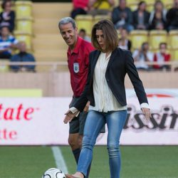 Carlota Casiraghi realiza el saque de honor en un partido benéfico en Mónaco