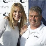 Alba Carrillo con el padre de Feliciano López en un partido benéfico de pádel