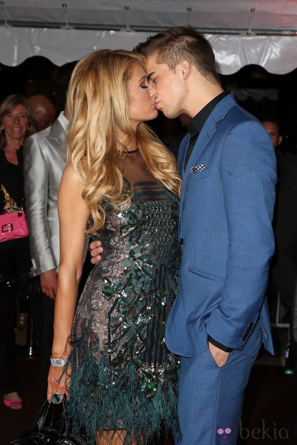 Paris Hilton y River Viiperi besándose en la fiesta en el yate de Roberto Cavalli en Cannes