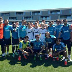 Niall Horan, Louis Tomlinson y Liam Payne con los jugadores del Real Madrid