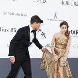 Johannes Huebl tapa a Olivia Palermo en la gala amfAR de Cannes 2013