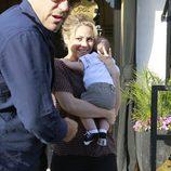 Shakira saliendo de un restaurante de Beverly Hills con Milan Piqué en brazos