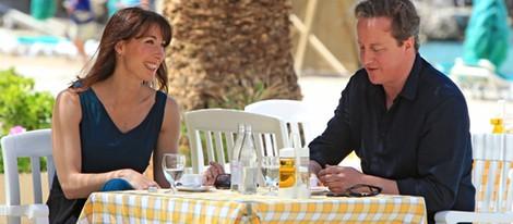 David y Samantha Cameron tomando algo en una terraza de Ibiza