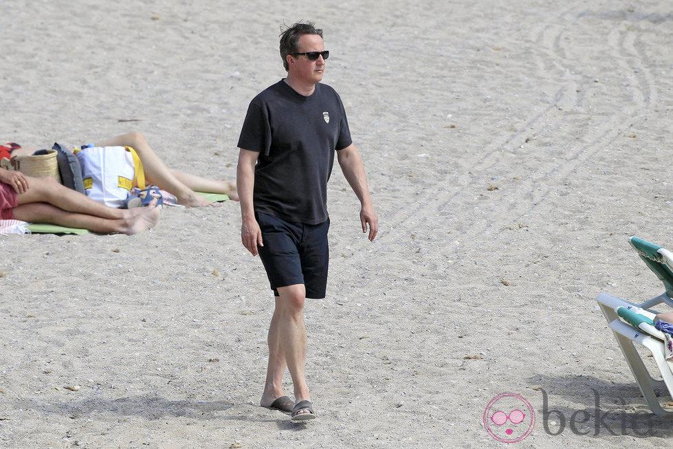 David Cameron paseando por la playa de Ibiza