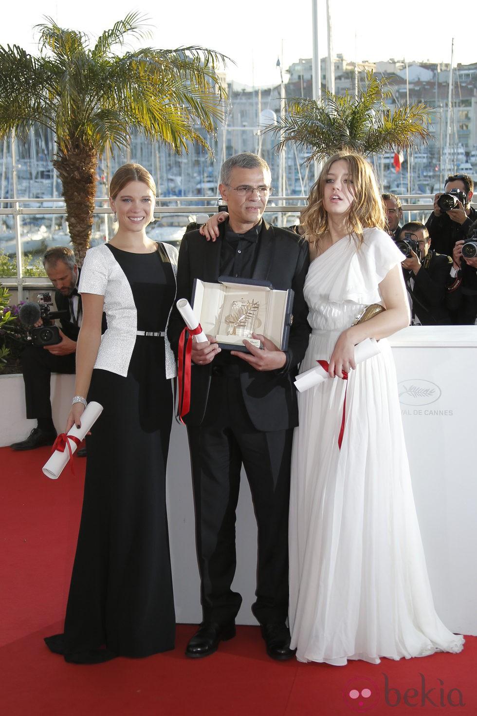Léa Seydoux, Abdellatif Kechiche y Adèle Exarchopoulos en la clausura de Cannes 2013