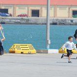 Hiba Abouk y Álex González corriendo en la grabación de 'El Príncipe' en Ceuta