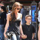 Victoria Beckham con su hijo Romeo de compras por Los Ángeles