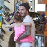 David Beckham y Harper Seven en una tienda de patinetes de Los Ángeles