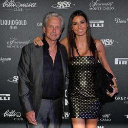 Michael Douglas y Elisabetta Gregoraci en una fiesta en Montecarlo